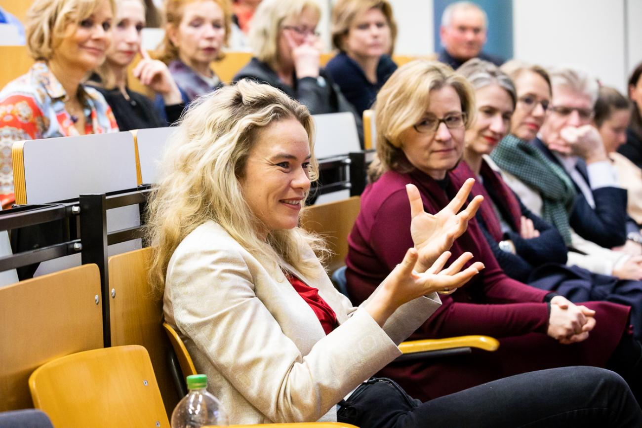 066 VBKI Politik u Wirtschaft Macht BF Inga Haar web?itok=tptu5Clp