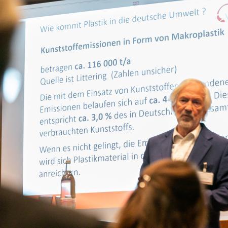 21 VBKI Politik u Wirtschaft Plastik BF Inga Haar web?itok=vmYDcWnP