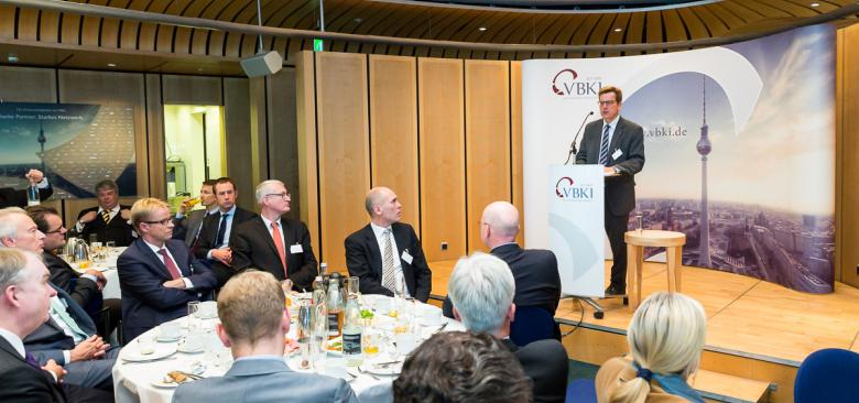 BER-Chef Karsten Mühlenfeld beim Business Breakfast des VBKI